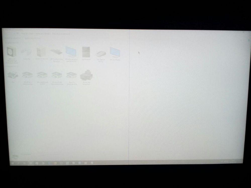 El monitor de pronto tiene demasiado brillo y una línea punteada azul vertical en el centro, he probado a reconectar cables, apagar, ajustes de fábrica... y nada. ¿Ayuda?