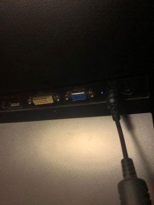 Luz de alimentacion al lado del cable encendida, funciona correctamente