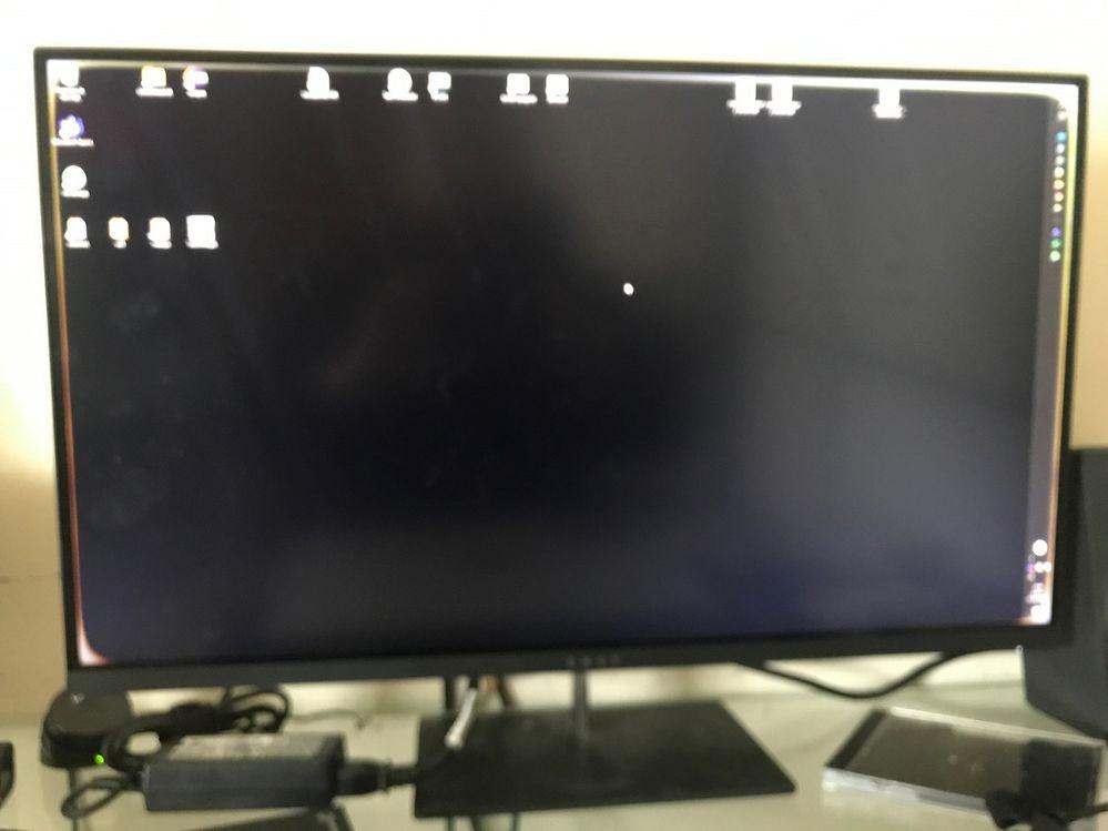 monitor con marco blanco